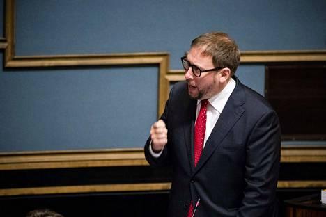 Helsinkiläinen Arhinmäki, 42, on toiminut aikaisemmin muun muassa vasemmistoliiton puheenjohtajana ja ministerinä.