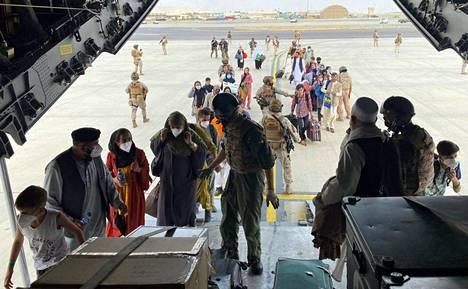 Afganistaniin jääneet espanjalaiset jonottivat perheineen Espanjan ilmavoimien lentokoneeseen, joka lähti Dubaihin Kabulin lentokentältä.
