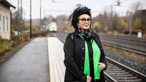 """Tanja Tukiaiselle on työvuosien aikana tullut tuttuja kasvoja, joiden kanssa toivotellaan hyvät työpäivät ja tsempit, vaikka ammatista tai työnkuvasta ei olekaan tietoa. """"Erityisen kivoja ovat pohjoiseen vievät reitit ja esimerkiksi Kuopioon ja Pieksämäelle, koska sillä matkalla murre vaihtuu kuuluvasti. Silti oma ehdoton lempipaikkani on Tampere–Pori-reitillä Karkku ja veden päällä matkaaminen."""""""