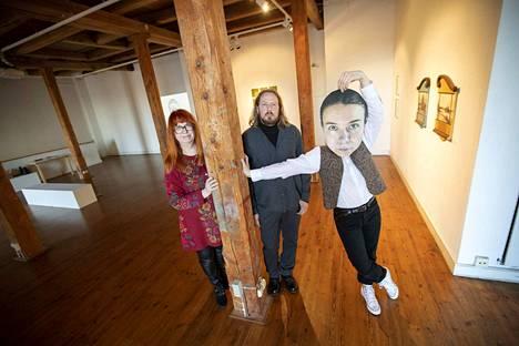 Poriginal gallerian vuoden 2020 näyttelyraatiin kuuluvat Hanna Valtokivi, Tommi-Wihtori Roström ja Karoliina Korvuo. Korvuo on kiinnostunut ihmisen ja kuvan suhteesta ja esiintyy Instagramissa usein omasta valokuvastaan tehdyn naamarin kanssa.