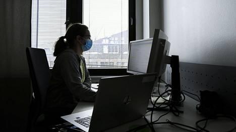 Koronajäljittäjä työssään Vantaalla viime maaliskuussa.