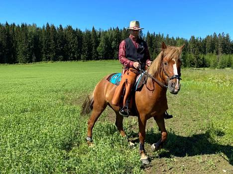 Mikko Suomisen kisa-alias Pawhill Mike juontaa Suomisten talon Käpälämäki-nimeen. Pikku-Hilpas on yksi tilan omista hevosista.
