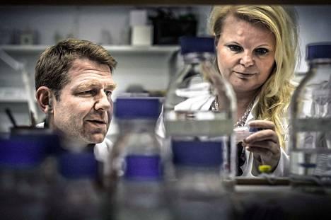 Vuonna 2012 dosentti, syöpälääkäri Panu Jaakkola työskenteli Turun yliopistossa. Arkistokuvassa on toisena tutkijana dosentti Heli Salminen-Mankonen.