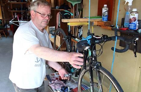Jorma Uurre säätää pyörän käsijarrut kohdalleen.