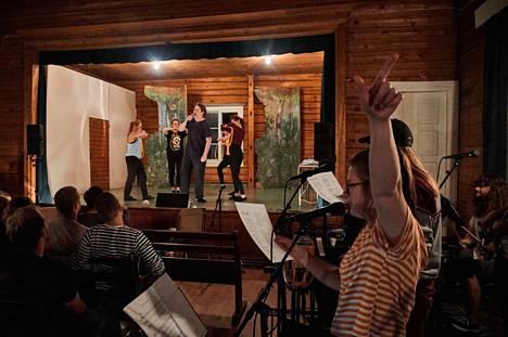 NääsPeksin tuoreinta tuotantoa harjoiteltiin Parkkuun seuratalolla Ylöjärvellä. Lavalla Tony Valentinea näyttelevä Peitsa Leinonen tanssijoiden ympäröimänä. Oikealla bändin laulaja Enni Sipilä.