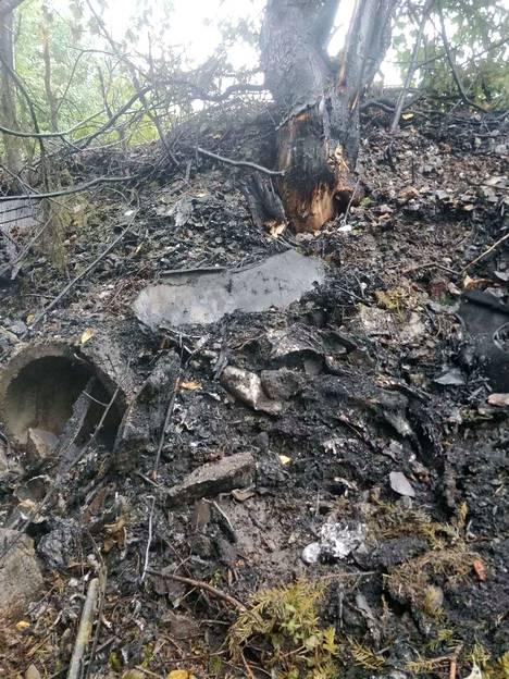 Auto oli luisunut piennarta pitkin pientareen reunalle, jossa se oli törmännyt betoniseen ojarumpuun ja puihin.