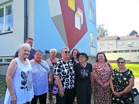 Asunto-osakeyhtiö Mäntän Mäntylinnan asukkaat ovat ylpeitä saadessaan kaupungin ensimmäisen seinämaalauksen yhtiöönsä.