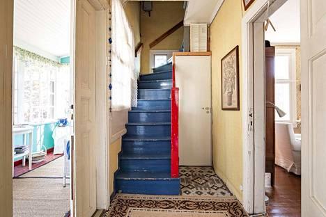 Yläkertaan kivutaan sinisiä portaita.