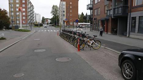 Tursonkadulla Kalevassa kaupunkipyörien asema on palvelutalon pääoven edessä.