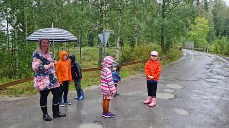Nohkua-Karkku suunnalla on ollut isoja ongelmia koulukuljetuksissa tänä syksynä. Kaisu Koskela odotti lastensa kanssa kouluautoa Nohkuan Pysäkkitien liittymässä elokuussa.