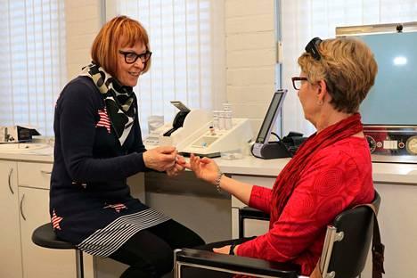 Terveydenhoitaja Kyllikki Naskali otti Anitta Achrenin sormenpäästä pienen tipan verta ja mittasi siitä Achrenin kokonaiskolesterolin. Tulos oli hyvä.