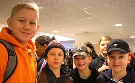 Henry Kovanen (8A), Konsta Peltola (7B)ja Tuukka Papinaho, Aaro Alamäki ja Joona Liimatainen (takana) 7C-luokalta eivät ole törmänneet nuuskan käyttöön koulun alueella.