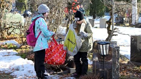 Mäntänvuoren partiolaisten Lumikonpennut siivosivat viime torstaina Mäntän hautausmaan haudoilta palaneita kynttilöitä.