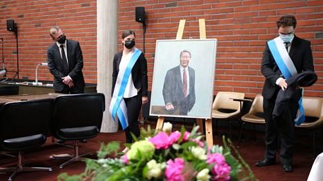 Vatajankosken Sähkön pitkäaikaisesta hallituksen puheenjohtajasta Kauko Juhantalosta paljastetun muotokuvan airueina toimivat Johanna Mälkiä ja Eino Hurttila. Muotokuvan on maalannut taiteilija Petri Ala-Maunus, vasemmalla.