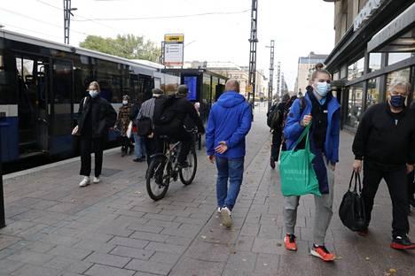 Pyöräilijöiltä ja jalankulkijoilta vaaditaan varovaisuutta esimerkiksi bussipysäkkien kohdalla, missä pyöräkaista menee pysäkkikatoksia viistäen ja on paljon poikittaista jalankulkua.