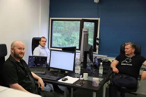 Juho Ahonen, Jarkko Miettinen ja Marko Leppänen suunnittelevat rfid-tuotteita ja uutta sensorilaitetta.