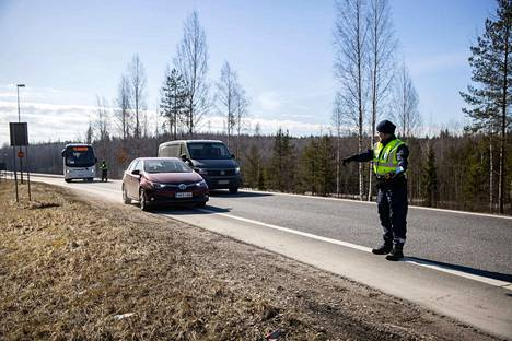 Poliisi valvoi liikennettä Uudenmaan rajalla 28. maaliskuuta.