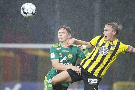 Tapiolan kentällä on satanut ajoittain rankasti. Ilveksen Mikael Almen ja Hongan Henri Aalto kamppailivat pelivälineestä.