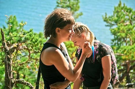 Kotimaisen elokuvan kesään Ylellä kuuluu myös Lauri Mäntyvaaran tuuheat ripset. Satu (Inka Haapamäki) ja Heidi (Rosa Honkonen) ovat bestiksiä ja kapinallisia, kunnes toisen rakastuminen sekoittaa kuviot.
