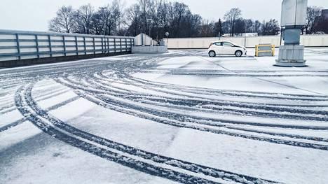 Valkeakoskella herättiin lauantaina 23. lokakuuta paikoin lumiseen tai sohjoiseen aamuun. Tältä näytti kauppakeskus Koskikaran parkkipaikalla aamulla.