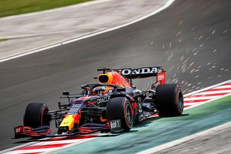 Max Verstappen johtaa F1:n MM-sarjaa ennen Unkarin gp:tä.