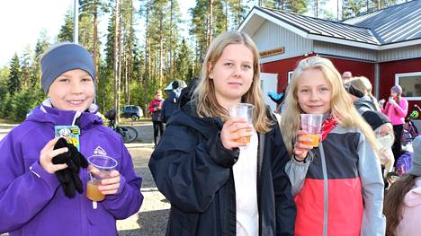 Sinervän koulun viidesluokkalaiset Juuli Jalava, Iines Terho ja Jenny Rautiainen tykkäsivat Rytkiön riistavajan tuoreesta omenamehusta. –Hyvää, mutta kirpeää. On hyvä, ettei mehuun ole lisätty sokeria, tytöt arvioivat maistiasten terveellisyyttä.