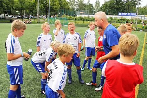 Viime vuonna Kari Koskisen johdolla Helsinki Cupissa KeuPa pelasi harrastesarjassa viisi ottelua maalieroin 21-4. Tänä vuonna KeuPa-talli pelaa kilpasarjassa, jossa taso on korkeampi.