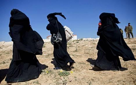 Isis-taistelijoiden vaimoja matkalla al-Holin leirille.