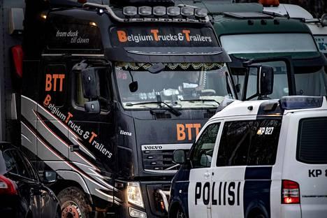 Arkistokuva. Kokkolan Vitsarin Shellin pihalla liettulaisia rekkoja valmistelemassa siitoskettulastia matkalle kohti Kiinaa. Paikalla oli  kymmenittäin tarhaajia ja myös kaksi poliisiautoa ja poliiseja tarkastamassa eläinkuljetusautoa ajavien kuskien tarvittavia lupia.