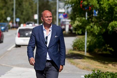 """Markku Mantila työskentelee Riiassa Naton strategisen viestinnän osaamiskeskuksessa. Hän pitää harmillisena, että kirjamyyntiin pääsee """"täyttä tuubaa"""" sisältäviä kirjoja."""