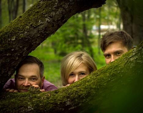Janne Kulosaari (vas.) ja Mira Flinkman näyttelevät jo toista kesää yhdessä Kauppilanmäen museoalueella. Pienoisnäytelmässä Sata syytä istua puussa on mukana myös Lauri Heinonen. Heillä kaikilla on monia rooleja näytelmässä.