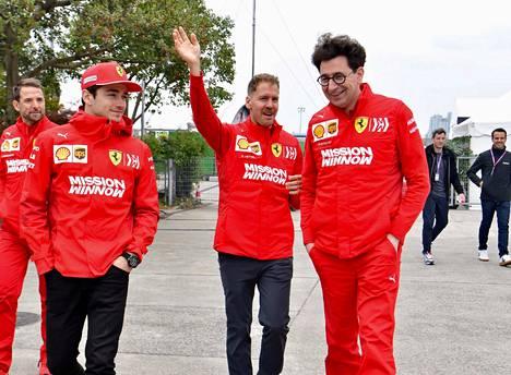 Mattia Binotto (oik.) on suosinut Sebastian Vetteliä (kesk.) päätöksissään. Charles Leclerc (vas.) on joutunut tyytymään kakkoskuskin rooliin heti alkukaudella.