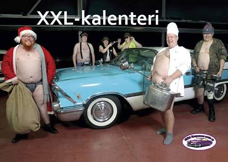 Tuotto menee Tyttöjen talolle. Kaikkia malleja ei otettu kalenterin kansikuvaan, jotta vuosimallin 1959 Dodgekin näkyy. Vasemmalta Simo Vainio, Arto Kortsaari-Monkala, Juha Jouhki, Tapio NIemelä, Jani Rantala ja Jari Männikkö.