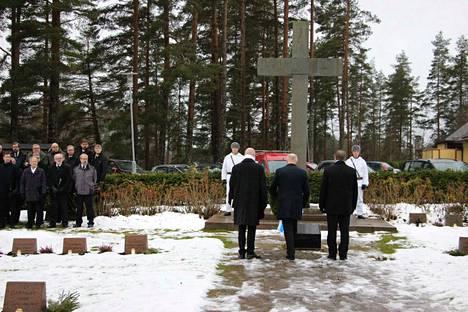 Juhlallisuudet Mänttä-Vilppulassa alkoivat Vilppulan kirkossa pidetyllä jumalanpalveluksella ja seppeleiden laskulla sankarihaudalle sekä Karjalaan jääneiden muistomerkille.