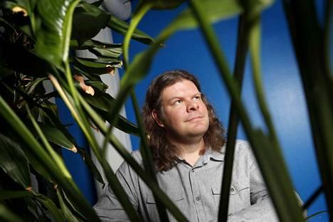 Porilaissyntyinen Tuomas Aivelo on tutkinut muun muassa Madagaskarin makiapinoilla olevia loisia. Aivelon teos Loputtomat loiset oli Tietokirjallisuuden Finlandia-ehdokas vuonna 2018.