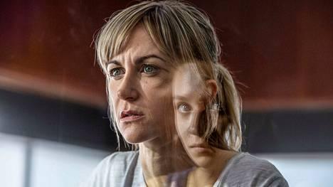 Koston kierteeseen ajautuvat naiset ovat vasemmalla yliopistolehtori Leah (Katherine Kelly) ja oikealla opiskelija Rose (Molly Windsor).