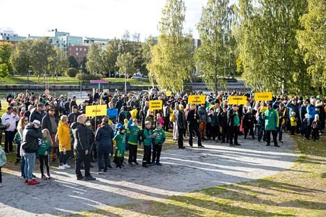 Ratinan stadionin edustalla riitti Ilves-faneja ottelun alla.