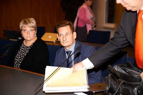 Kai Telanne ja Virpi Juvonen oikeudenkäynnissä.