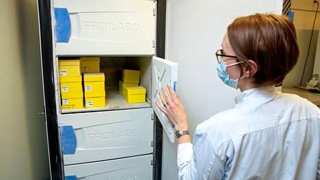 Näin koronavirusnäytteitä käsiteltiin Fimlabin Tampeeen keskuslaboratoriossa tammikuussa 2021.