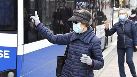 Valtakunnallinen kasvomaskisuositus muuttui eilen. Joukkoliikenne on kuitenkin yksi niistä paikoista, joissa maskin tarve on suuri. Matkustajien määrä luultavasti kasvaa etätyösuosituksen päätyttyä. Arkistokuva.