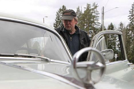 Jari Lahden iäkäs auto kääntää katseita kauppareissuilla. Tiedätkö, minkä auton merkki on saanut muotokielensä toisen maailmansodan hävittäjälentäjän konekiväärin tähtäimestä?