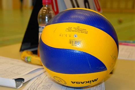 Tällainen aikuisten pallo on liian iso ja kova junioreille. Heidän pallonsa on pienempi ja pinnalta pehmeä.