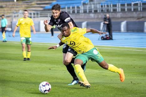 Ilveksen Tiemoko Fofana sekä FC Lahden Jean-Christophe Coubronne kamppailivat pallosta. Fofana teki toisella puoliajalla tilaa Naatan Skytälle, joka pääsi ottelun loppuhetkillä hyvään maalipaikkaan.