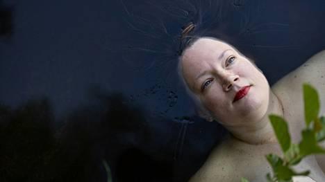 Auli Viitala harrastaa uimista. Tässä hän nautiskelee vedestä Kaitalammella.