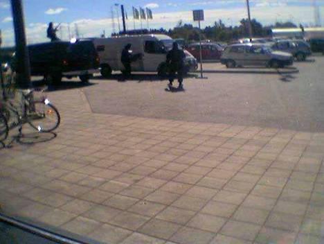 Raskaasti aseistautuneiden naamiomiesten joukko yritti ryöstää arvokuljetusauton Turussa automarketin pihalla elokuussa 2002.