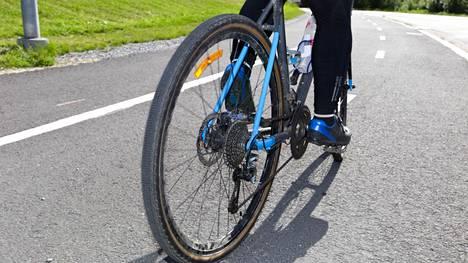 Kun pyörätie ja jalkakäytävä kulkevat rinnakkain, eroteltuna esimerkiksi valkoisella viivalla, on jalankulkijalle ja pyöräilijälle omat puoliskonsa.