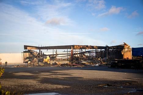 Terminaalirakennus syttyi tuleen ja paloi maan tasalle maanantain ja tiistain välisenä yönä Porin Helmentiellä.
