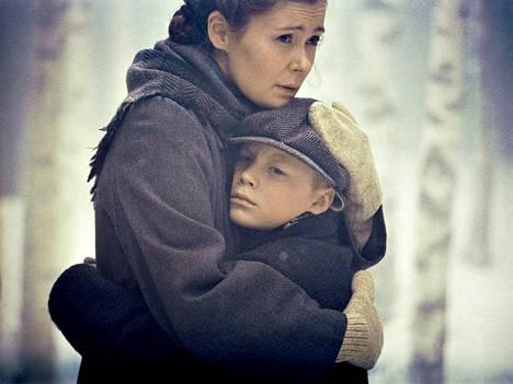 Eero (Topi Marjaniemi) lähetetään sotalapsena Ruotsiin 9-vuotiaana. Suomeen jää äiti (Marjaana Maijala).