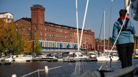 Näsijärven rannassa sijaitseva vanha puuvillakehräämö on yksi Lapinniemen kaupunginosan maamerkeistä Tampereella. Aamulehden kuvaaja Ossi Ahola ikuisti nykyisin muun muassa kylpyläkäytössä olevan punatiilisen rakennuksen järveltä syyskuussa 2020.