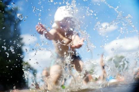 Helteellä nesteiden nauttimista pitää lisätä odottamatta janon tunnetta, kirjoittaja muistuttaa.